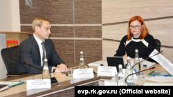 Экс-глава российской администрации Евпатории Андрей Филонов (слева) и глава российского горсовета Евпатории Олеся Харитоненко