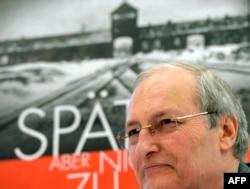 """Ефраим Зуроф обявява възобновяването на Операция """"Последен шанс"""" в Германия, 25 ноември 2013 г."""