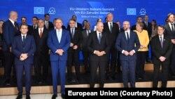 2021. október 6., EU–Nyugat-Balkán-csúcs a szlovéniai Brdo pri Kranjban. Védekező állásban az uniós sorfal néhány tagja. Labdába rúghatnak-e a tagságra vágyó nyugat-balkániak?
