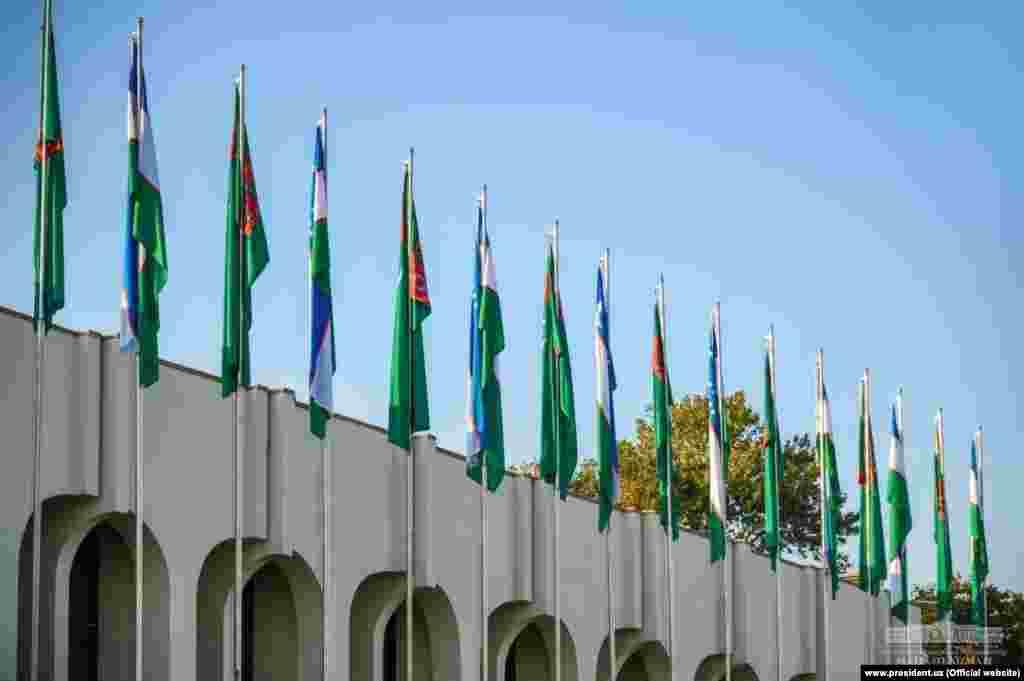 Государственные флаги Туркменистана и Узбекистана