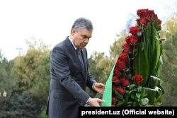 Prezident G.Berdimuhamedow ozalky özbek prezidenti Yslam Kerimowyň ýadygärligine gül desselerini goýýar