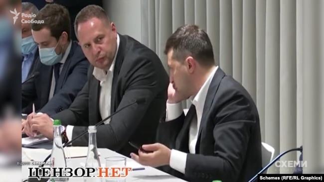 Під час наради з місцевими бізнесменами у червні 2020 року у Хмельницькій області Володимир Зеленський спілкувався телефоном саме з Євгеном Мецгером