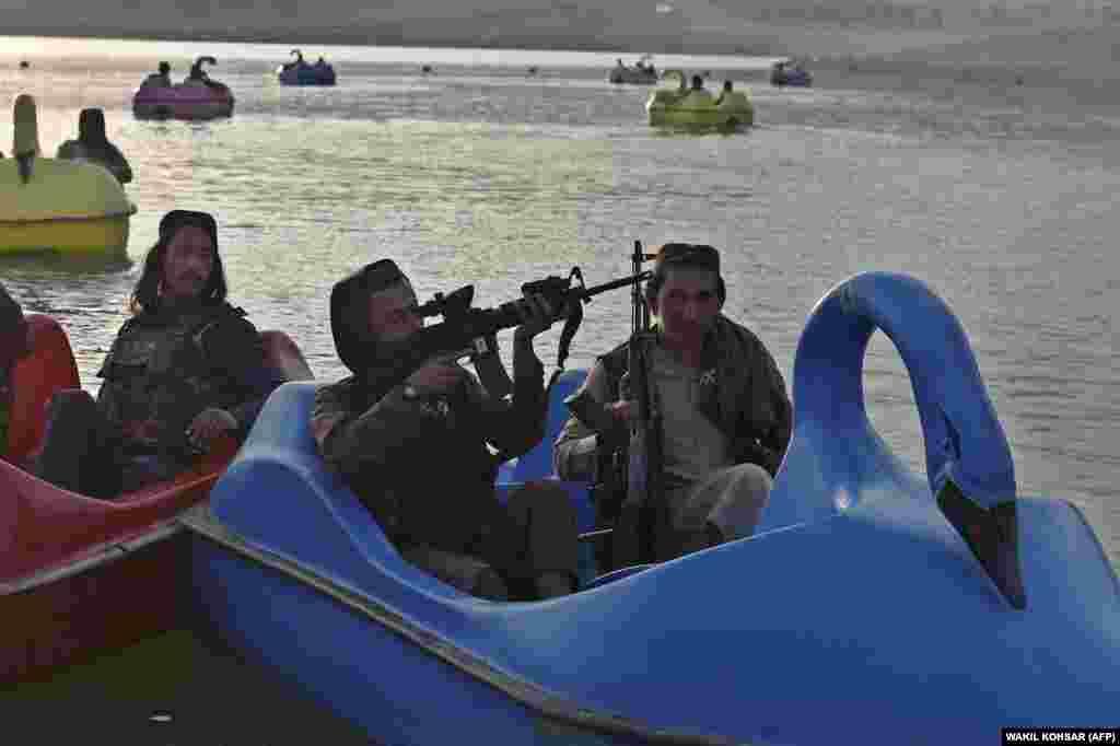 АВГАНИСТАН - Талибанските претставници се поканети во Москва на разговори за иднината на земјата, рече денеска специјалниот пратеник на Русија во Авганистан, Замир Кабулов. Разговорите се планирани за 20 октомври, но, не се соопштени други детали, јавуваат руските агенции.