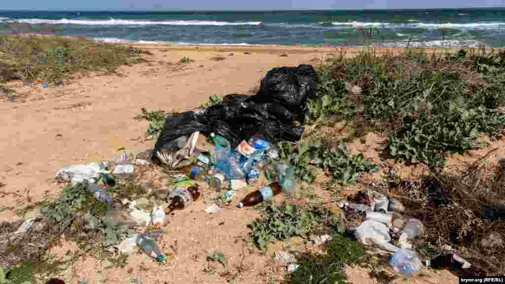 ..., где курортники оставляют после себя кучи бытового мусора