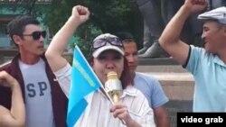 Оралда өткен митингіде сөйлеп тұрған Маруа Ескендірова. 6 маусым, 2021 жыл.