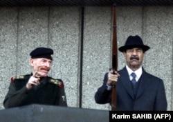 در کنار صدام حسین، حاکم وقت عراق