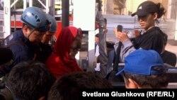 Бағжан Аязбекова (қызыл киіммен) мен оның келіні Гүлим Бабақованы (оң жақта) құтқарушылар жерге түсірді. Астана, 4 маусым 2013 жыл.