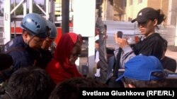 Құтқарушылар кранға шығып наразылық танытқандарды жерге түсіріп жатыр. Астана, 4 маусым 2013 жыл.