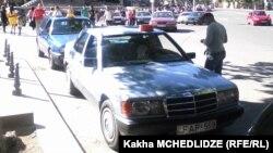 """На пластиковом колпаке, установленном на крыше автомобиля, вместо """"такси"""" значится """"Sokhumi"""": владелец авто с видимым удовольствием начинает свой, надо полагать, тысячу раз уже повторенный рассказ о годах, проведенных в этом абхазском городе"""