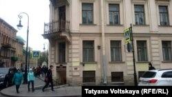 Muzeyin hazırkı binası XIX əsrə aiddır. Dostoyevskinin özü bu binada iki dəfə yaşayıb