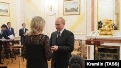 ولادیمیر پوتین در حال اعطای مدال به همسر یکی از کشتهشدگان انفجار موشک مرموز روسیه