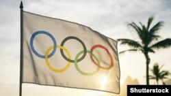 Олимпийский флаг у пляжа в Рио-де-Жанейро.