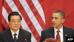 U.S. President Barack Obama (right) and President Hu Jintao make remarks during a meeting with business leaders in Washington