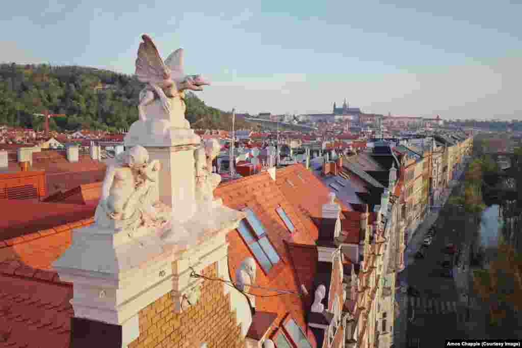Мистериозно създание на покрива на жилищна сграда край река Вълтава.