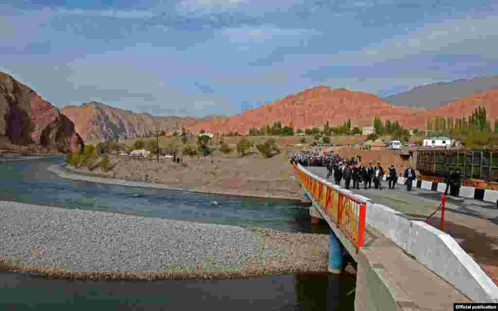 Кокомерен - один из крупных правых притоков Нарына, образуется слиянием Сусамыра (справа) и Западного Каракола (слева)
