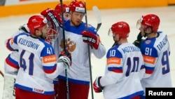 Хоккеисты сборной России во время матча против сборной США. Прага, 16 мая 2015 года.