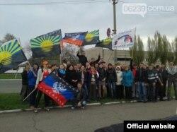 """Флаг запрещенной партии """"Русский блок"""" на сепаратистском митинге в Красноармейске"""