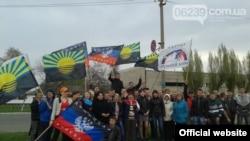 """Прапор забороненої партії """"Російський блок"""" на сепаратистському мітингу в Красноармійську"""