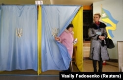 Voters visit a polling station during parliamentary elections in the eastern Ukrainian town of Slavyansk in October 2014.