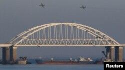 Российское судно под аркой Керченского моста, 25 ноября 2018 года