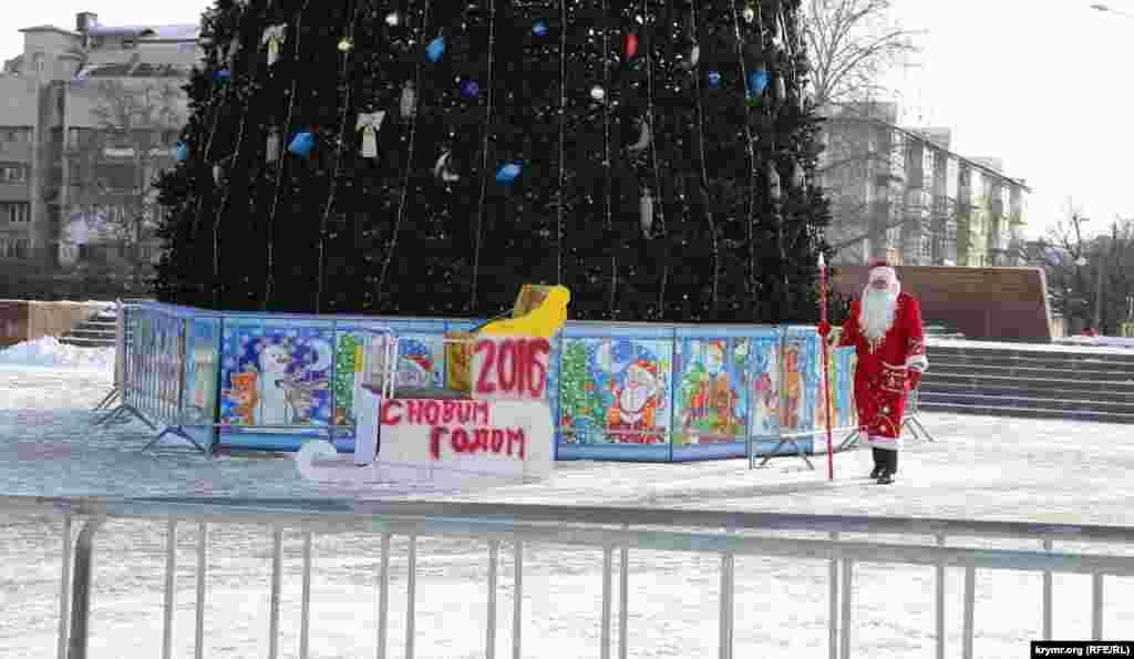На вулицях не багатолюдно. Дід Мороз, притоптуючи від холоду, гуляє навколо ялинки в очікуванні чи то дітвори, чи то своєї Снігуроньки. Але поки ні ті, ні інші не поспішають порадувати старого.