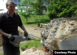 Рабочий, снёсший памятник отбойным молотком, разрушает остатки постамента от монумента Ленину. Павлодар, 21 мая 2012 года. Фото Марата Тулендинова.