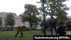 Osloda sakinlər parkda siqaret kötüklərini yığırlar