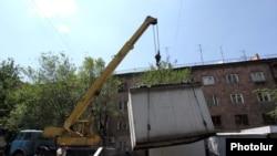 Муниципальные работники демонтируют торговый ларек в Ереване, 10 августа 2011 г.