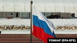 Российский флаг на олимпийском стадионе в Пчёнчхане, Южная Корея.