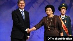 Роза Отунбаева Алмазбек Атамбаевге президенттик кызматты тапшырууда, 1-декабрь, 2011-жыл