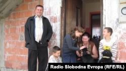 Alija Krdžić ispred kuće u Srebrenici sa djecom, Fotografije uz tekst: Sadik Salimović