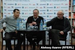 Ақындар Бақытжан Қанапиянов (ортада), Бақыт Кенжеев (сол жақта) және шығармашылық кешті жүргізген Қанат Омар.