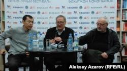 Поэты Бахытжан Канапьянов (в центре), Бахыт Кенжеев (слева) и модератор творческого вечера Канат Омар (режиссер, сценарист, переводчик, поэт, прозаик).
