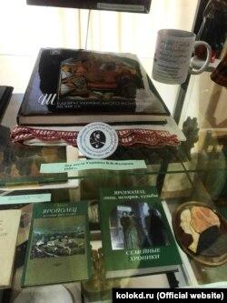 Пам'ятний знак про Наукову конференцію пам'яті Дорошенка Українського історичного клубу можна побачити навіть у музеї Яропольця