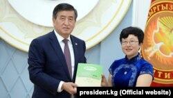Президент Сооронбай Жээнбеков и Директор Центра Евразийских исследований Исторического исследовательского института общественной академии наук Китая Ли Цзиньсю.
