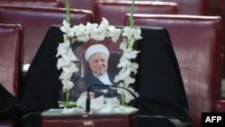 Қайтыс болған экс-президент Әли Акбар Рафсанджанидің Иран эксперттер кеңесі жиыны өтетін залдағы бос орынға қойылған суреті. Тегеран, 7 наурыз 2017 жыл.