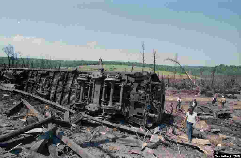 Родственники и друзья пассажиров на месте катастрофы. Тела многих погибших так и не были опознаны.