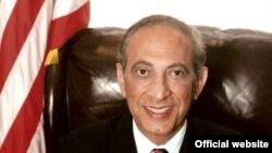 ایرانیان مقیم کالیفرنیا مراسم سوگند جيمی دلشاد اولين شهردار ايرانی تبار در بورلی هيلز را آغاز دوران تازه ای از موفقيت های ايرانيان مهاجر در اين سوی جهان می دانند