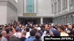 Люди прощаются с Орханом Джемалем