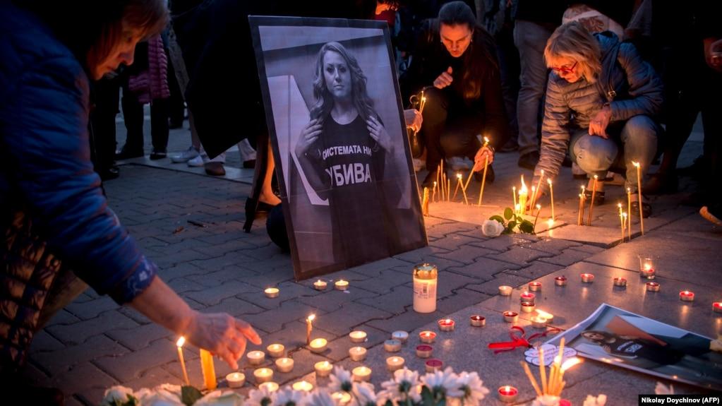 В Софии в память о журналистке Виктории Мариновой зажигали свечи. 8 октября 2018 года