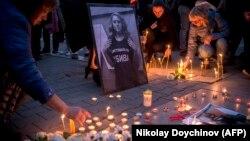 Disa persona duke përkujtuar gazetaren bullgare, Viktoria Marinova.