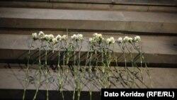 Цветы у клиники Иашвили, в которой несколько дней оставался Лука Сирадзе