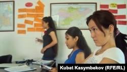 ЕҚЫҰ академиясы және «Неміс толқыны» медиакомпаниясы бірлесіп ұйымдастырған журналистердің жазғы мектебінің тыңдаушылары. Бішкек, 1 шілде 2011 ж.