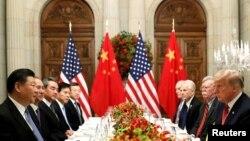 АКШ-Кытай делегацияларынын сый тамак үстүндөгү сүйлөшүүлөрү. Буэнос-Айрес, 1-декабрь, 2018-жыл.