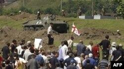 Російські війська залишаються у грузинському порту Поті. Грузини протестують.