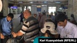 Алматы темір жол вокзалында. (Көрнекі сурет.)