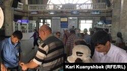 Досмотр багажа и личных вещей на входе в здание железнодорожного вокзала Алматы-2. 18 июля 2016 года.