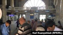 Алматы-2 теміржол вокзалындағы тексеру. Алматы, 18 шілде 2016 жыл (Көрнекі сурет).