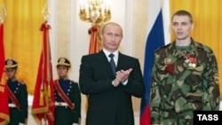 Vladimir Putin l-a decorat cu medalia Pentru Curaj pe căpitanul Andrei Pelihova din trupele de interne ale Federației Ruse, la o recepție în onoarea personalului unităților cu destinație specială.