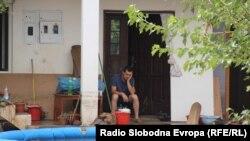 Жителите на Сингелиќ расчистуваат по поплавите